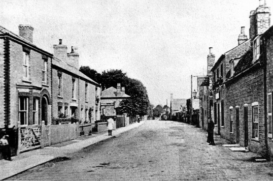 Station Street, Chatteris. Railway view public house on the right. Chatteris museum collection photo.
