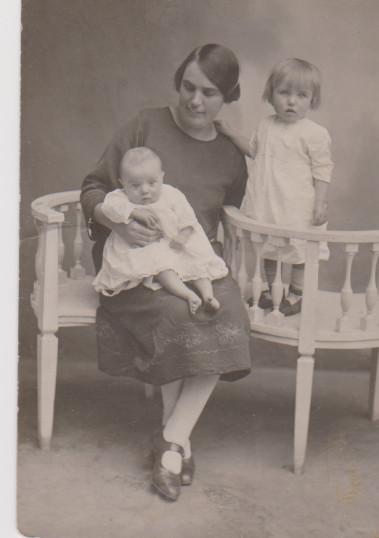 Dorothy Melton with 2 children