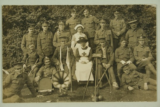 1915-Eva-Biggs-and-Commandant-Mildred-Rowley-with-injured-soldiers