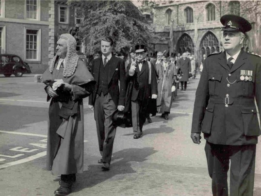 Market Square, Huntingdon. Inspector Walter Butler ( front right ) accompanying the Assize Judge to Court.