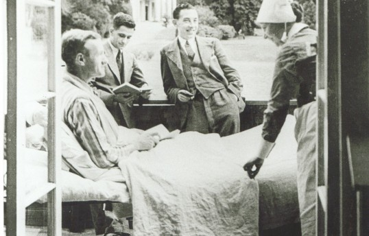 Nurse and patients on the balcony of the Bernhard Baron Hospital for Men