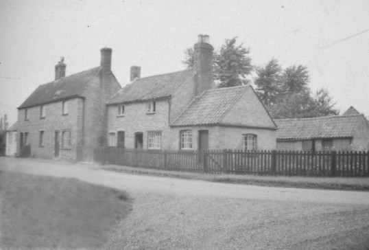 Cottages at Tort Hill Sawtry, the home of the Stanyon family. Courtesy Lesley Smith.