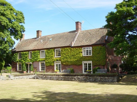 Cross Hall Manor in 2002, once The Ram Pub and later a farmhouse, 516 Great North Rd, Eaton Ford
