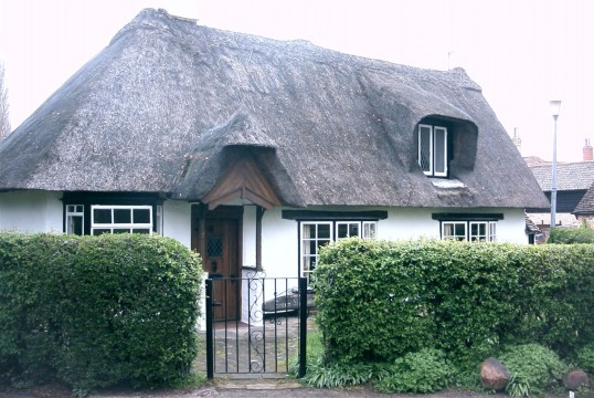 Thatched cottage in Peppercorns Lane, Eaton Socon in August 2006