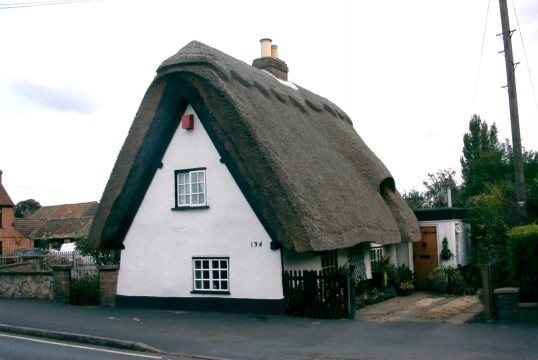 Thatched cottage at 134 Great North Rd, Eaton Socon, in June 2006