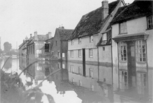 Woodbine Cottage and former Chequers Pub in St Neots Road, Eaton Ford during the 1947 floods