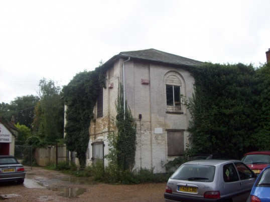 New Meeting Chapel, empty and derelict, in the yard of the Handyman shop, between 20 and 22 High Street in October 2008