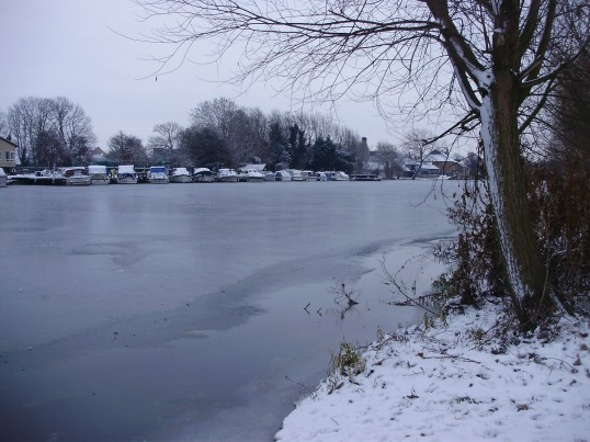 View from Regatta Meadow in Eaton Ford looking south along the frozen River Great Ouse in December 2010 (P.Ibbett)