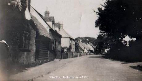 A view of Staploe village, around 1930, when the old cottages were still standing (n. Cutts)