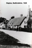 A thatched cottage next to the Three Horseshoes in Staploe in 1928 (N. Cutts)