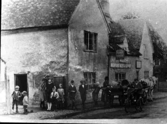 Nags Head Berkley St, Eynesbury, in the 1920s, prior to rebuilding. Bystanders and cart. Annie Humphrey with cart.