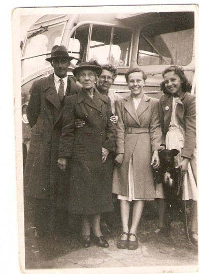 Alex Lyon, his wife Bessie and 2 daughters and Edith Shaw