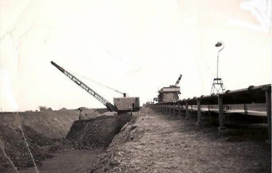 A 100RB Dragline loading clay